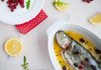 Запеченная форель с лимоном, ягодами и сливочным соусом