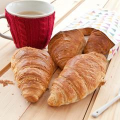 Frische Croissants und Kaffee