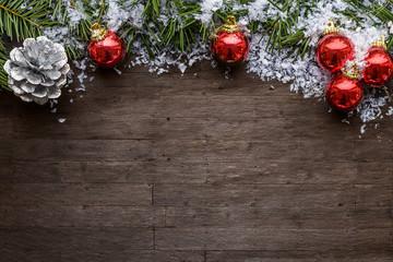 Weihnachtlicher Hintergrund mit Kugeln und Tannenzweigen