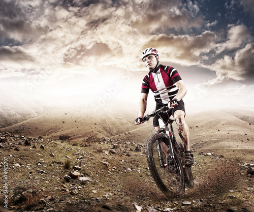 Aluminium Extreme Sporten Mountain Bike cyclist riding single track