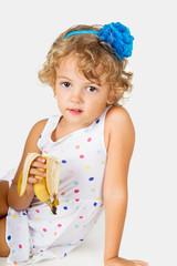 bambina con la banana in mano