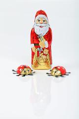 Weihnachtsmann und zwei Marienkäfer