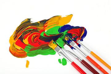 Vier Pinsel in der Farbe