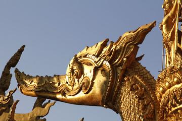 Drache in goldener Tempelstatue