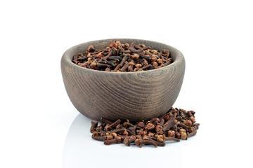 Aromatyczne goździki w drewnianej misce
