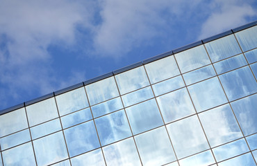 nowoczesny budynek na tle błękitnego nieba