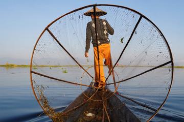 Un pêcheur derrière son filet