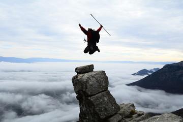 dağ zirvesinde kayalıklar üzerinde atlamak