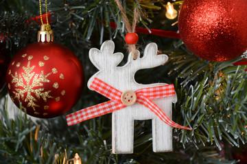 Deatilopname van een kerstboom met kerstdecoratie
