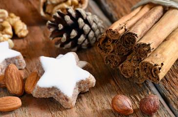 Zimtstern, Zimtstangen, Nüsse, Holz