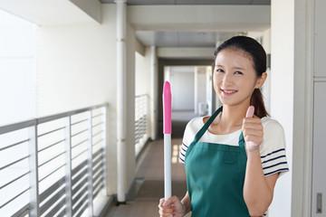 掃除をする笑顔の主婦