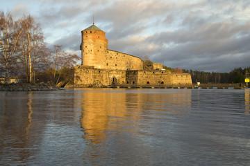 Крепость Олавинлинна в лучах заходящего солнца. Савонлинна