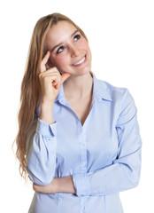Sekretärin mit langen blonden Haaren schaut nach oben