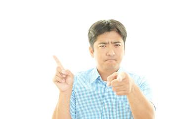 怒った表情の男性