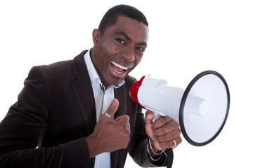 Junger Afroamerikaner mit Megafon hält lächelnd Daumen hoch