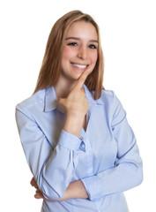 Lachende Sekretärin mit langen blonden Haaren schaut zur Seite