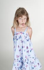 kleines Mädchen steckt Zunge raus, Studio