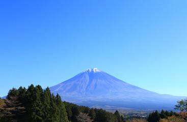 秋の少し冠雪した富士山
