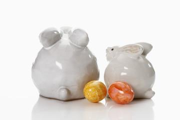 Ostern, zwei weisse Osterhasen aus Porzellan