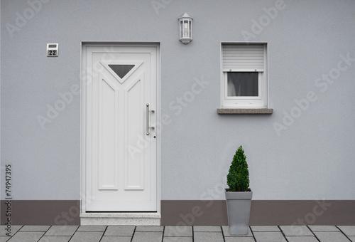 Modernisierte Fassade eines Wohnhauses in grau - 74947395