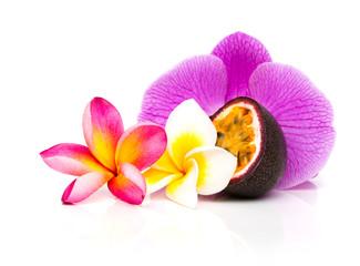 fruit de la passion avec fleur de frangipanier et orchidée