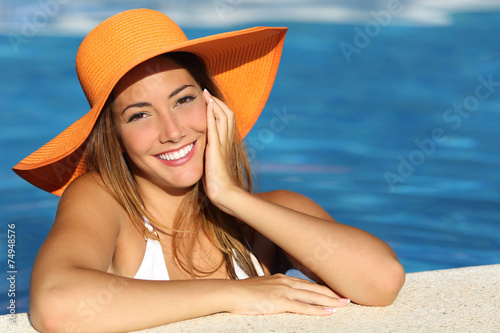 Girl on holidays with a perfect white smile - 74948576
