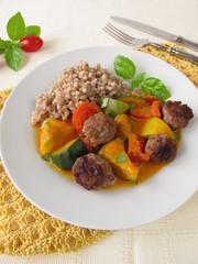 Gemüsepfanne mit Fleischbällchen und Buchweizen