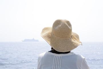 海で船を眺める女性