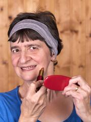 portrait femme sénior qui se maquille
