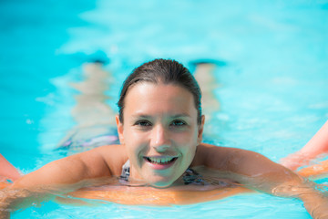 femme et détente à la piscine
