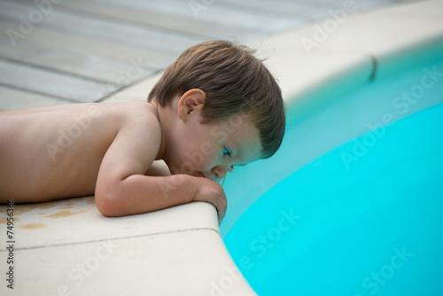 Leinwanddruck Bild enfant au bord d'une piscine