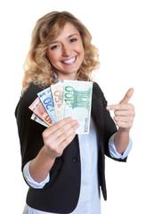 Frau mit blonden Haaren freut sich über Gewinn