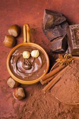 cioccolata con nocciole e ingredienti