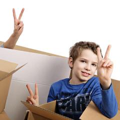 femme et enfant déménageant