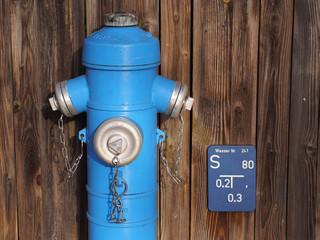 Wasserhydrant und Hinweisschild Wasserschieber