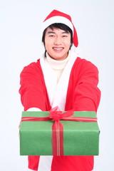 산타복장을 한 사람과 선물들