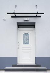 Modernisierter Eingang in blaugrau mit Treppe und Vordach