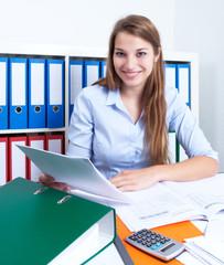 Frau mit langen blonden Haaren mit Brief im Büro