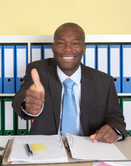 Afrikanischer Geschäftsmann im Büro zeigt den Daumen