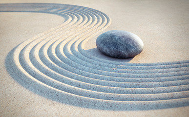 Stein und Linien im Sand