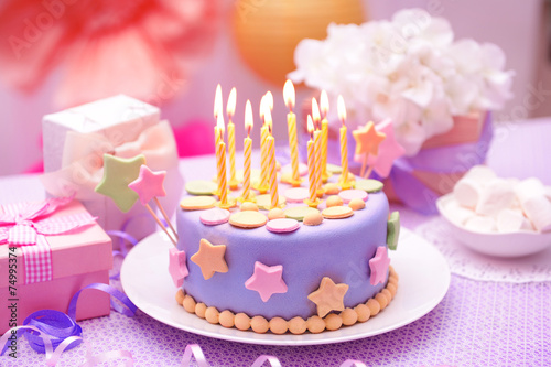 In de dag Bakkerij Delicious birthday cake on table on bright background