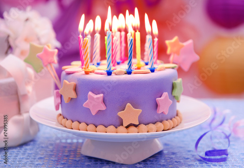 Poster Bakkerij Delicious birthday cake on table on bright background