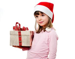 Kind mit Weihnachtsmannmütze hält Geschenk