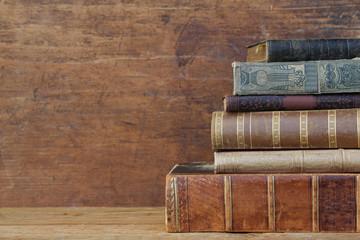 alte Bücher mit Ledereinband.