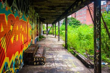 An old, graffiti-covered building at the Reading Viaduct in Phil