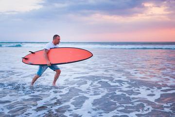 surfer running