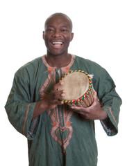 Afrikaner in traditioneller Kleidung mit Trommel