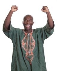Jubelnder Afrikaner in traditioneller Kleidung