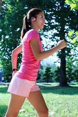 공원에서 운동하는 젊은 여성