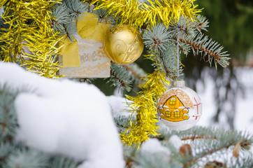 Еловая ветка в новогодних украшениях